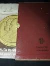 เหรียญกษาปณ์ กรุงรัตนโกสินทร์ เเละ เหรียญที่ระลึก กรุงรัตนโกสินทร์ พ.ศ.2325-2525 โดย กรมธนารักษ์ จัดพิมพ์ขึ้นเพื่อร่วมเฉลิมฉลองสมโภชกรุงรัตนโกสินทร์ 200 ปี ปกแข็ง 2 เล่ม บรรจุในกล่อง หนารวม 776 หน้า