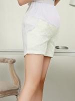 กางเกงคลุมท้องสีขาวที่ด้านหน้าเป็นลูกไม้สีครีมมีกระเป๋าทั้ง 2 น่ารักมากค่ะ
