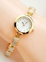 นาฬิกาแฟชั่นผู้หญิงหน้าปัดขาว สายทองลายสตอร์เบอร์รี่