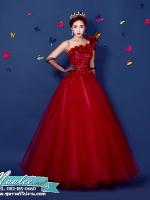 Pre-order / เช่า ชุดแฟนซี ชุดราตรียาว สีแดง ไหล่เฉียง ตัวชุดเป็นผ้าแก้ว แต่งดอกสวย ไหล่ซ้ายมีโบว์ เชือกผูกหลัง