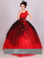 Pre-order / เช่า ชุดแฟนซี ชุดราตรียาว สีแดงดำ แต่งผ้าโปร่งเฉียง แต่งช่อดอกไม้ที่ไหล่