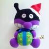ตุ๊กตาไบคินแมน แบคทีเรียแมน ( เพื่อนอันปัง ) นั่งถือห่อของขวัญ เขย่ามีเสียงกระพรวน Baikinman Baikinman of Anpanman with gifts