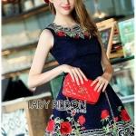 [พร้อมส่ง] เสื้อผ้าแฟชั่นเกาหลี เดรสแขนกุดปักลายดอกกุหลาบสีแดง ทั้งตัวเป็นผ้าพื้นสีกรมท่า แต่ตกแต่งเพิ่มความโดเด่นด้วยการปักลายดอกกุหลาบสีแดง