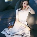 [พร้อมส่ง] เสื้อผ้าแฟชั่นเกาหลีราคาถูก เดรสแฟชั่นเกาหลี ผ้า Kniting แต่งฉลุ ไม่มีซับใน แบบสวม สีขาว