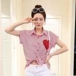 [พร้อมส่ง] เสื้อผ้าแฟชั่นเกาหลีราคาถูก เสื้อเชิ้ตแฟชั่นเกาหลี ผ้าโทเร ติดกระดุมด้านหน้า 6 เม็ด แต่งรูปหัวใจ สีแดง-ขาว