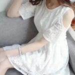 [พร้อมส่ง] เสื้อผ้าแฟชั่นเกาหลี เดรสแฟชั่นเกาหลี ผ้าลูกไม้ แต่งเปิดไหล่ จั้มเอว มีซับใน แบบสวม สีขาว