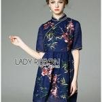 [พร้อมส่ง] เสื้อผ้าแฟชั่นเกาหลี เดรสปักลายดอกไม้สไตล์จีน ลุคนี้เป็นแบบสาวจีนโมเดิร์น ใส่แล้วไม่เหมืนอใครเลยค่ะ จะใส่ไปงานปาร์ตี้หรือออกงานก็ได้