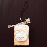 พวงกุญแจสกุชชี่ปังเหลี่ยมหมีรีลัคคุมะ (Rilakkuma Shuishy) เนื้อนุ่ม มีกลิ่นหอม