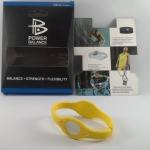 สายรัดข้อมือ POWER BALANCE แฟชั่น สายสี เหลือง ตัวอักษรสี ขาว ฟรีจัดส่ง EMS