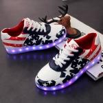 รองเท้าผ้าใบมีไฟ LED ลายธงชาติสหรัฐฯ (เปลี่ยนสีได้ 7 สี)