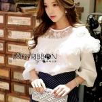 [พร้อมส่ง] เสื้อผ้าแฟชั่นเกาหลี เสื้อผ้าซิลค์ตกแต่งลูกไม้สีขาว ตัวนี้เหมาะกับสาวหวานแบบเรียบหรู เน้นที่การตัดเย็บและเนื้อผ้า ที่ช่วงไหล่เป็นผ้าลูกไม้โปร่งสีขาว
