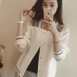 [พร้อมส่ง] เสื้อผ้าแฟชั่นเกาหลีราคาถูก เสื้อแขนยาวแฟชั่นเกาหลี ผ้าใยแก้ว ติดกระดุมด้านหน้า 5 เม็ด เย็บยางยืดที่เอวและคอและแขน ไม่มีซับใน สีขาว