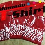 งานสกรีนเสื้อยืดสีแดงด้วยระบบดิจิตอล โดยสกรีนสีขาวเพียงสีเดียว