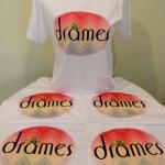 สกรีนโลโก้ร้าน Drames ลงบนเสื้อยืดสีขาวด้วยระบบ DTG
