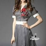 [พร้อมส่ง] เสื้อผ้าแฟชั่นเกาหลี เดรสคอปกอกวี ดีไซน์ลายริ้วโทนสีขาวกรมเพิ่มความสวยโดดเด่นปักดอกไม้สีแดงที่อกเสื้อแต่งกระดุม2เม็ด ซิปข้างพร้อมซับในอย่างดี งานผ้าpolyester+silk100% ทรงสวยเก๋ดูดีสุดๆ