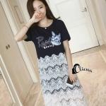 [พร้อมส่ง] เสื้อผ้าแฟชั่นเกาหลี เดรสคอกลมแขนสั้นสีกรม สกรีนตัวอักษรอังกฤษและรูปหน้าแมวตกแต่งคอด้วยมุก ครึ่งตัวล่างเย็บติดด้วยผ้าลูกไม้สีขาว
