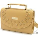 กระเป๋าสะพายทรงกล่อง พร้อมสายยาว แต่งหมุดปิรามิดเคลือบสีและโลโก้สีทอง