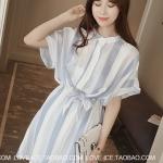 [พร้อมส่ง] เสื้อผ้าแฟชั่นเกาหลีราคาถูก เดรสแฟชั่นเกาหลี ผ้าฝ้าย ติดกระดุมด้านหน้า 4 เม็ด จั้มเอวด้านหลัง มีสายผูกเอวในตัว แบบสวม สีฟ้า - ขาว
