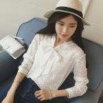 [พร้อมส่ง] เสื้อผ้าแฟชั่นเกาหลีราคาถูก เสื้อแขนยาวแฟชั่นเกาหลี ผ้าฝ้ายแต่งลาย ติดกระดุมด้านหน้า 5 เม็ด มีสายผูกโบว์ตรงคอเสื้อ ไม่มีซับใน สีขาว
