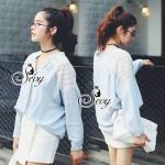 [พร้อมส่ง] เสื้อผ้าแฟชั่นเกาหลี เสื้อเชิ้ตแขนยาวคอปกพื้นสีฟ้าอ่อน แต่งด้วยเส้นไหมพรมไล่เป็นเส้นๆช่วงบ่าไหล่ไปถึงกลางแขนสีขาว