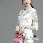 [พร้อมส่ง] เสื้อผ้าแฟชั่นเกาหลี เดรสงานผ้าลูกไม้ premium grade สีขาว เพิ่มดีไซน์สุดเก๋ด้วยงานปักดอกไม้สีแดงแต่งใบไม้สีเขียว
