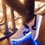 รองเท้าผ้าใบมีไฟ LED สีขาวคาดแดง / คาดดำ (เปลี่ยนสีได้ 7 สี) thumbnail 2
