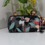 Kipling Uzario Lily Garden เป็นกระเป๋าสตางค์ใบยาวแบบ 2 ซิปรอบ ขนาด 10 L x 18.5 H x 3.5 W cm