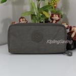 Kipling Uzario Soft Earthy C เป็นกระเป๋าสตางค์ใบยาวแบบ 2 ซิปรอบ ขนาด 10 L x 18.5 H x 3.5 W cm