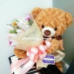 ตุ๊กตาหมี อุ้มช่อดอกไม้ (M)