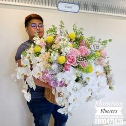 กระเช้าดอกไม้ ฟาแลน กุหลาบขาว (Premium)
