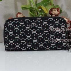 Kipling Uzario Soft Geo เป็นกระเป๋าสตางค์ใบยาวแบบ 2 ซิปรอบ ขนาด 10 L x 18.5 H x 3.5 W cm